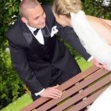 Brudepar ved bænk
