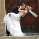 Brudepar ved kirke