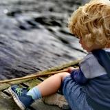 Barn ved sø